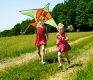 Kinder, die den Drachen im Freien fliegen. Lizenzfreie Stockfotografie