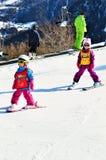Kinder, die in den Schweizer Alpen Ski fahren stockbild