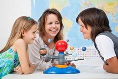 Kinder, die den Spaß studiert das Sonnensystem haben Stockfotos