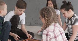 Kinder, die den Spaß zu Hause spielt foosball haben stock footage