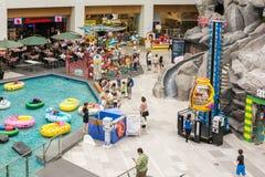 Kinder, die in den speziellen Spielplatz-Bereichen spielen Lizenzfreie Stockfotos
