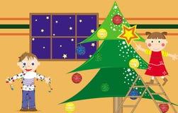 Kinder, die den Weihnachtsbaum vorbereiten Lizenzfreie Stockbilder