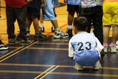 Kinder, die in der Gymnastik spielen Lizenzfreie Stockfotos