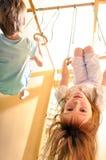Kinder, die an der Gymnastik spielen Stockfoto