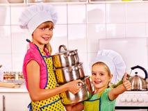 Kinder, die an der Küche kochen Lizenzfreie Stockbilder