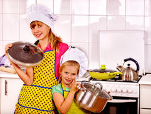 Kinder, die an der Küche kochen Stockbilder