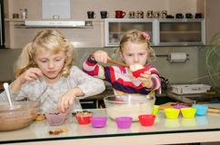 Kinder, die in der Küche kochen Stockbild