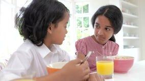 Kinder, die in der Küche vor Schule frühstücken stock footage
