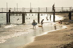 Kinder, die an der Küste spielen Lizenzfreies Stockbild