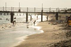 Kinder, die an der Küste spielen Stockfotografie