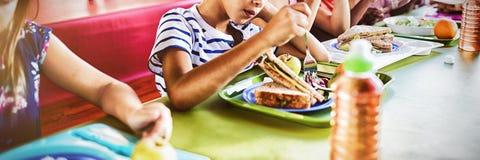 Kinder, die an der Kantine essen lizenzfreie stockfotos