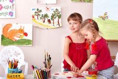 Kinder, die in der Kunstkategorie malen. Lizenzfreie Stockfotografie