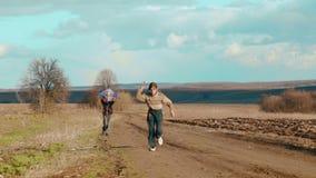 Kinder, die in der Natur mit einem Drachen spielen Zwei Brüder lassen einen Drachen laufen stock video