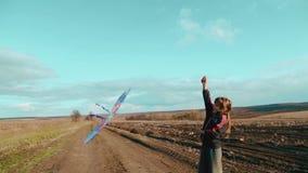 Kinder, die in der Natur mit einem Drachen spielen Zwei Brüder lassen einen Drachen laufen stock video footage