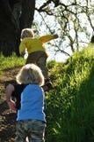 Kinder, die in der Natur spielen Lizenzfreie Stockfotos