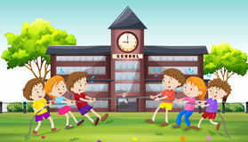 Kinder, die in der Schule Tauziehen spielen stock abbildung