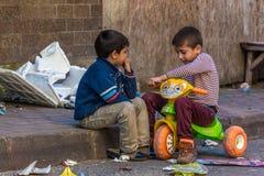 Kinder, die in der Straße spielen Lizenzfreies Stockbild