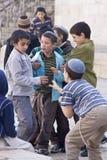 Kinder, die in der Straße von altem Jerusalem spielen Stockfoto