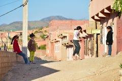 Kinder, die in der Straße von Marokko spielen Lizenzfreie Stockfotografie