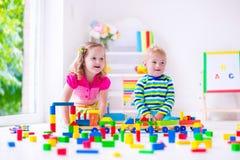 Kinder, die an der Tagesbetreuung spielen Lizenzfreie Stockbilder