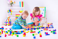 Kinder, die an der Tagesbetreuung spielen Lizenzfreies Stockbild