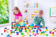 Kinder, die an der Tagesbetreuung spielen Stockbilder