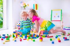 Kinder, die an der Tagesbetreuung spielen Lizenzfreie Stockfotografie