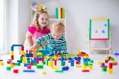 Kinder, die an der Tagesbetreuung spielen Stockfotos