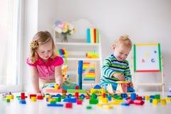 Kinder, die an der Tagesbetreuung spielen Lizenzfreies Stockfoto