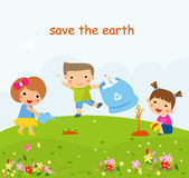 Kinder, die in der umweltfreundlichen Gartenarbeit, die Bäume pflanzend helfen und draußen räumen auf Stockbild