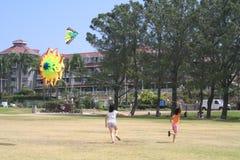 Kinder, die Drachen fliegen Lizenzfreies Stockfoto