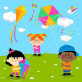 Kinder, die Drachen fliegen Stockfotografie