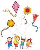 Kinder, die Drachen fliegen Lizenzfreie Stockbilder