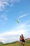 Kinder, die Drachen im Himmel fliegen Lizenzfreie Stockfotos