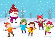Kinder, die draußen im Winter spielen Stockbilder