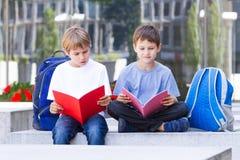 Kinder, die draußen neue Sprache lernen Lizenzfreie Stockfotografie