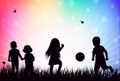 Kinder, die draußen spielen Stockbild