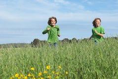 Kinder, die draußen spielen laufen lassen lizenzfreie stockfotografie