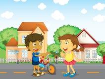 Kinder, die draußen sprechen Stockfoto
