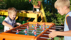 Kinder, die draußen Tischfußball spielen Spaß draußen Stockbilder