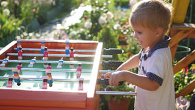 Kinder, die draußen Tischfußball spielen Spaß draußen Lizenzfreies Stockfoto