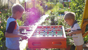 Kinder, die draußen Tischfußball spielen Spaß draußen Lizenzfreies Stockbild