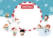 Kinder, die draußen in Winter A spielen Stockbild