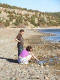 Kinder, die durch einen Fluss spielen Stockbilder