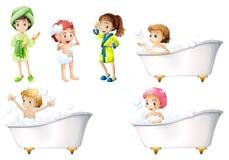 Kinder, die ein Bad nehmen stock abbildung