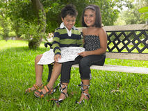 Kinder, die ein Buch in einem Park lesen Lizenzfreies Stockbild