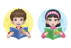 Kinder, die ein Buch lesen Lizenzfreies Stockbild