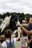Kinder, die ein Grafschaftspferd wartet, um einen Wagen zu ziehen streichen Lizenzfreie Stockbilder