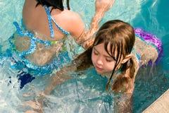 Kinder, die in ein Pool scherzen Stockfotos