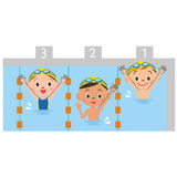 Kinder, die ein Pool spielen Lizenzfreie Stockfotos